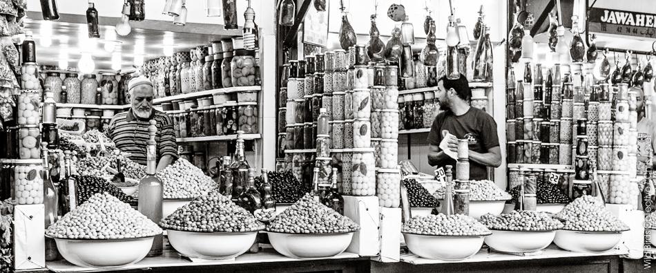 Vendeurs d'olives dans les souks de marrakech