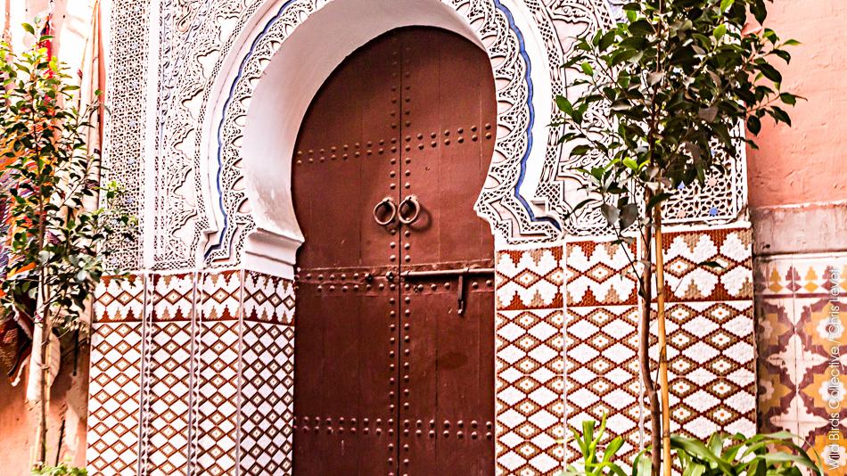 Porte dans ruelle dans les souks de marrakech