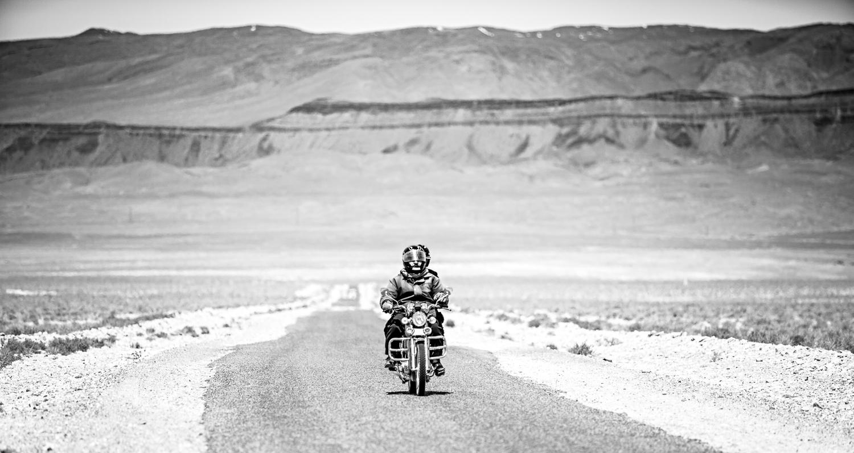 Moto sur la route de Tizi'n Tazazert au Maroc